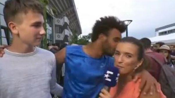 طرد لاعب تنس فرنسي من رولان غاروس عقب تقبيله صحفية