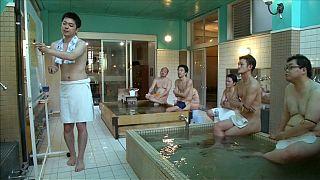 حمام ياباني يعرض دروسا خاصة لزبائن عراة