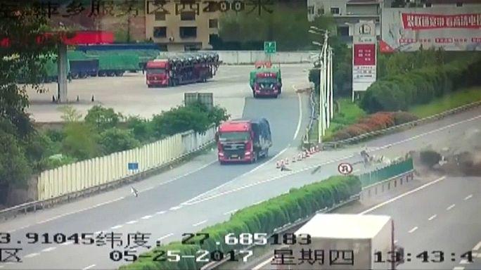 Cina: schianto pauroso in auto, passeggeri vivi per miracolo
