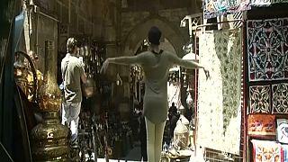 Kahire sokaklarında bir balerin