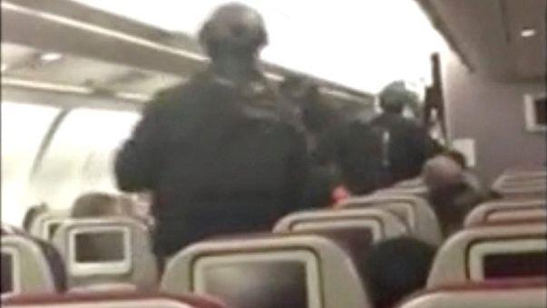 Uomo prova a entrare in cabina, aereo costretto ad atterrare