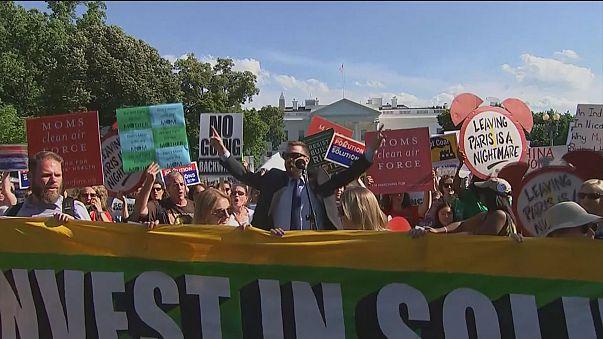 Centenas de pessoas protestam contra saída do Acordo de Paris na Casa Branca