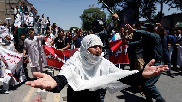 تیراندازی هوایی پلیس برای متفرق کردن معترضان در کابل