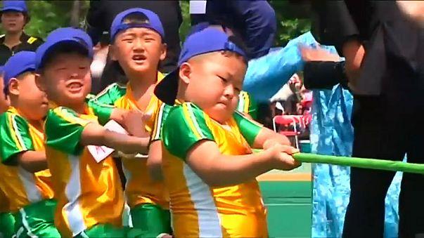 أطفال كوريا الشمالية يحتفلون بعيدهم