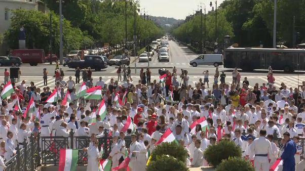 ألف رياضي من ممارسي الجودو قاموا بمسيرة في بودابيست