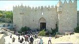 عشرات  الآلاف من الفلسطنيين يؤدون صلاة الجمعة في المسجد الأقصى