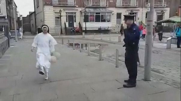 بالفيديو: راهبة تستعرض مهاراتها في كرة القدم أمام شرطي بايرلندا