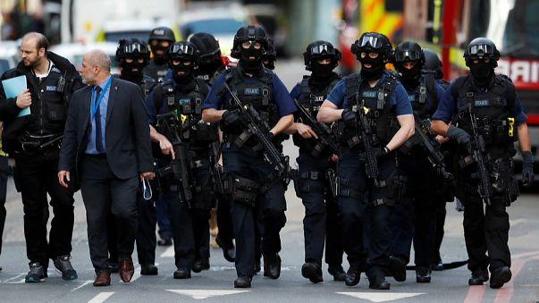 Утро после теракта: британские полицейские на месте происшествия