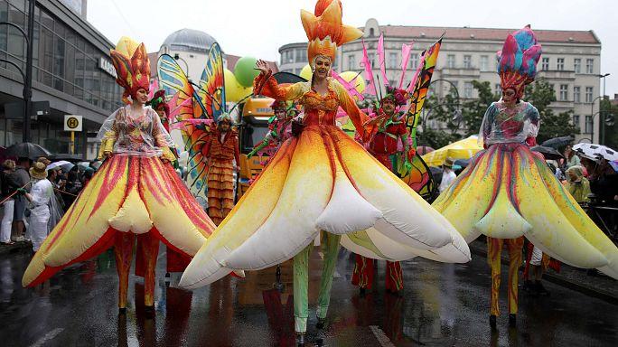 Regenschirm und Samba beim Karneval der Kulturen in Berlin