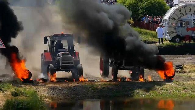 Junge Russen auf Traktoren
