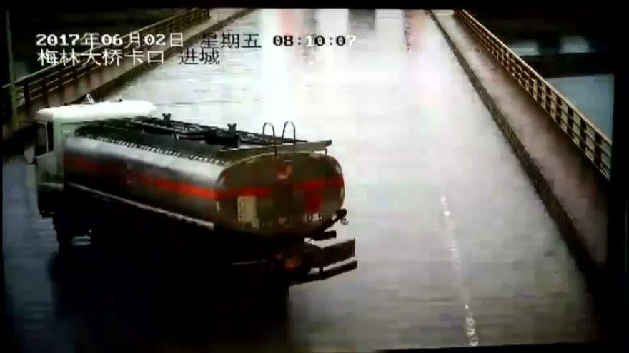 بالفيديو: سقوط شاحنة من على جسر شرق الصين