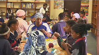 Afrique du sud : un club de tricotage tient les enfants loin des gangs