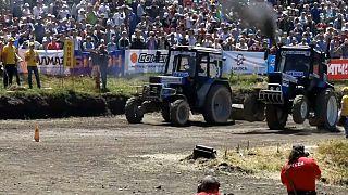 Una carrera de tractores de alto voltaje en Rusia