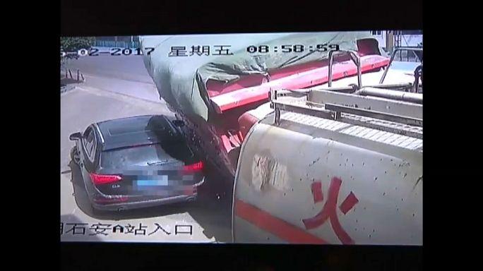 بالفيديو: نجاة سائق من موت محقق بعد سحق شاحنة لسيارته