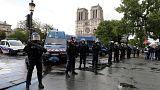 Fransa'nın başkenti Paris'te polise çekiçli saldırı