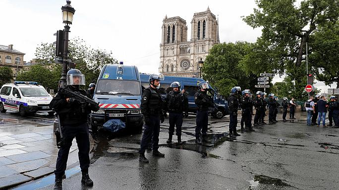 Rendőrre támadt egy férfi Párizsban