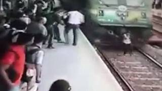 India: travolta dal treno, viva per miracolo