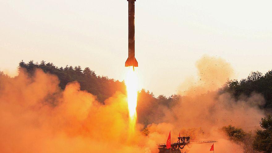 Corea del Norte realiza un ensayo de misiles múltiple