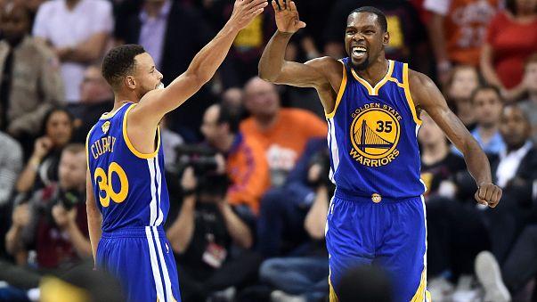 Los Warriors acarician el título de la NBA