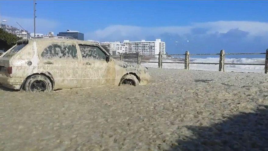 {Watch} Sea foam invades Cape Town coast