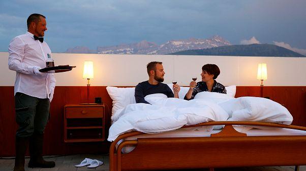 """""""Null-Stern-Hotel"""" auf dem Berg: Ein Bett mit Aussicht"""
