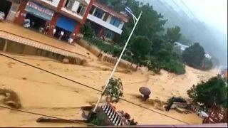 Kína: özönvíz, áradat, sárlavinák