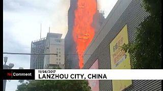 Строящийся небоскреб во власти огня