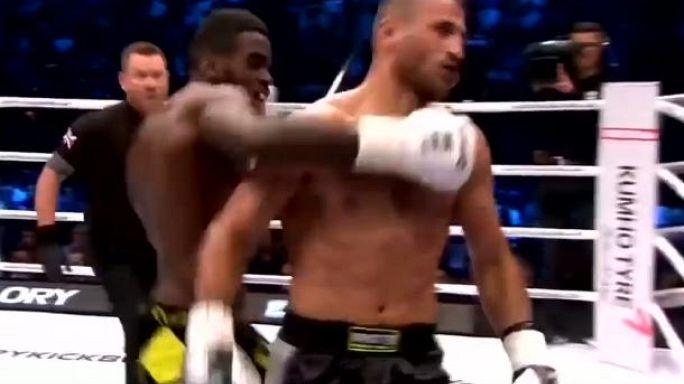 Kickboxing: stende l'avversario con un pugno a tradimento, i tifosi lo aggrediscono