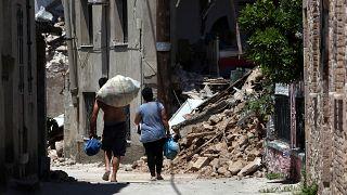 Nach dem Beben: Dorfbewohner auf Lesbos vor den Trümmern ihrer Häuser