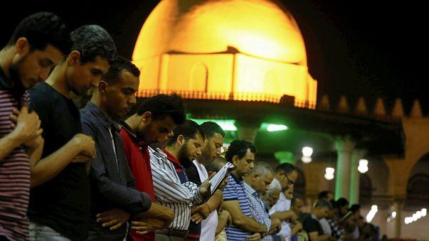جدل في مصر بعد منع إذاعة صلاة التراويح عبر مكبرات الصوت