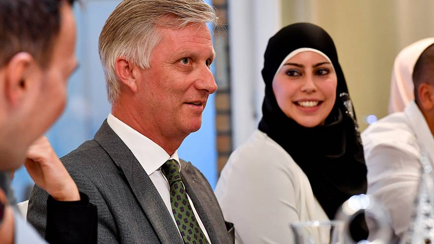 الملك فيليب، ملك بلجيكا، في مأدبة إفطار رمضاني مع عائلة مسلمة