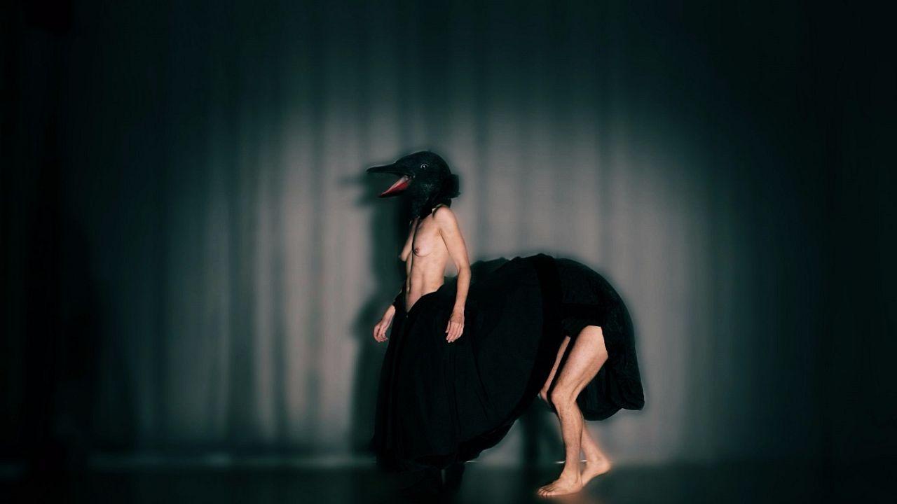 «Πορνό»: Η Ιωάννα Πορτόλου χορογραφεί τη μοναξιά μιας σχέσης