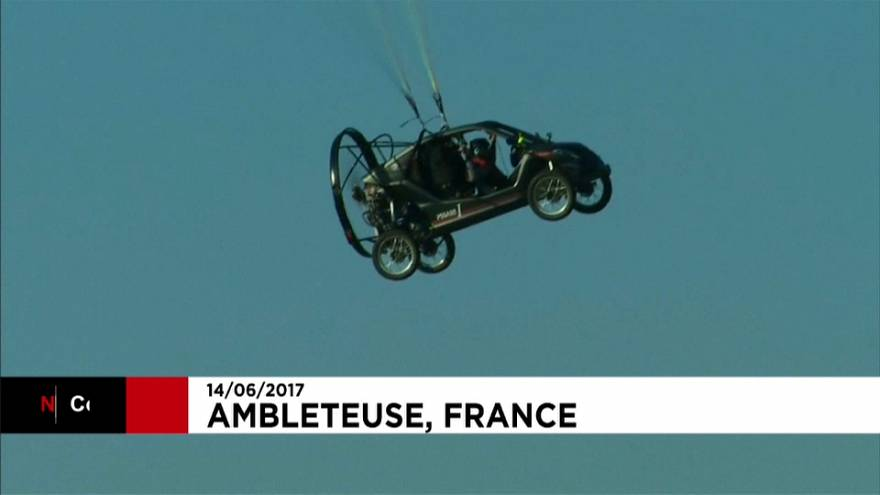 """Une voiture """"volante"""" traverse la Manche"""