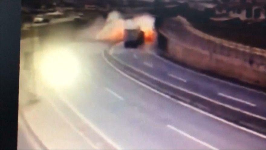 اصطدام شاحنة محملة بالكبريت بجدار في الطريق السريع