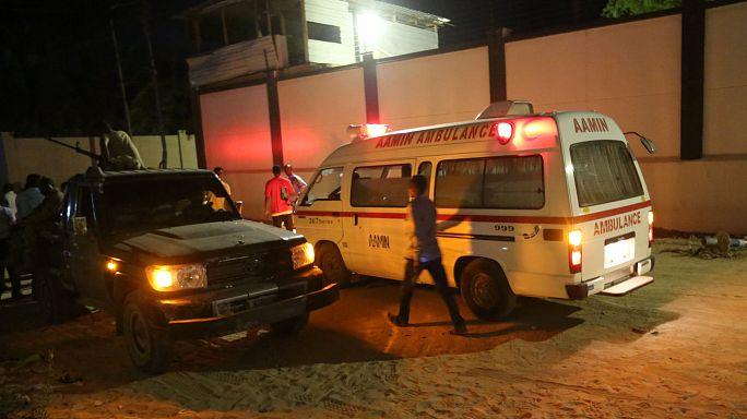 بالفيديو: ما حدث بعد الانفجار الذي أودى بحياة 18 شخصاً على الأقل في مطعم بمقديشو