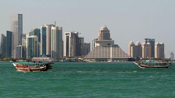 العمال الأجانب في قطر يخشون فقدان وظائفهم