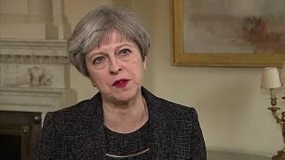 Theresa May stretta tra due fuochi