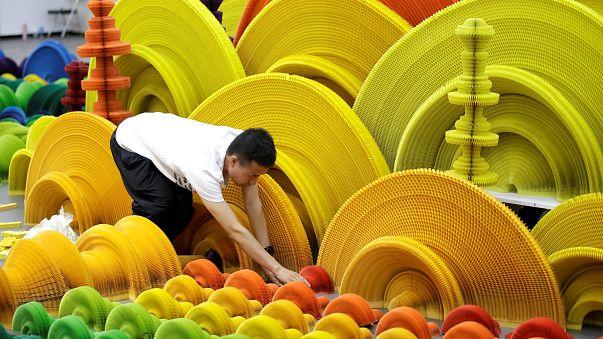 Milliónyi színben tündöklő, életnagyságú szobrok papírból