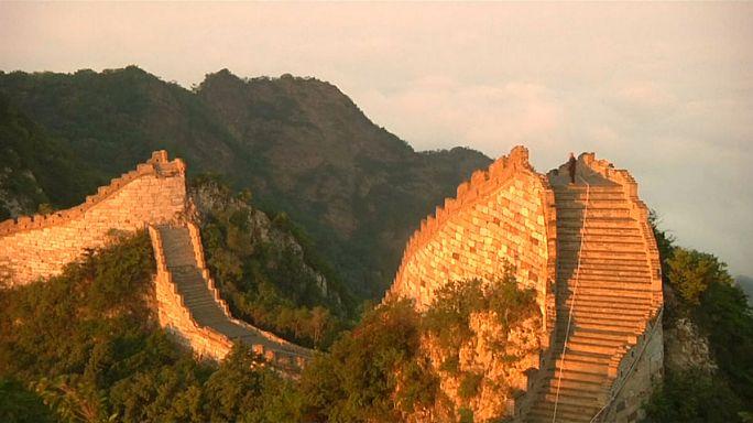 يرممون السور العظيم حجرا بحجر