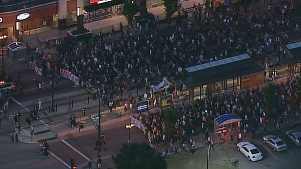 Minnesotában tüntettek a fekete fiatalt lelövő rendőr felmentése ellen