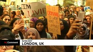 Londra'daki yangının ardından yetkililer protesto edildi
