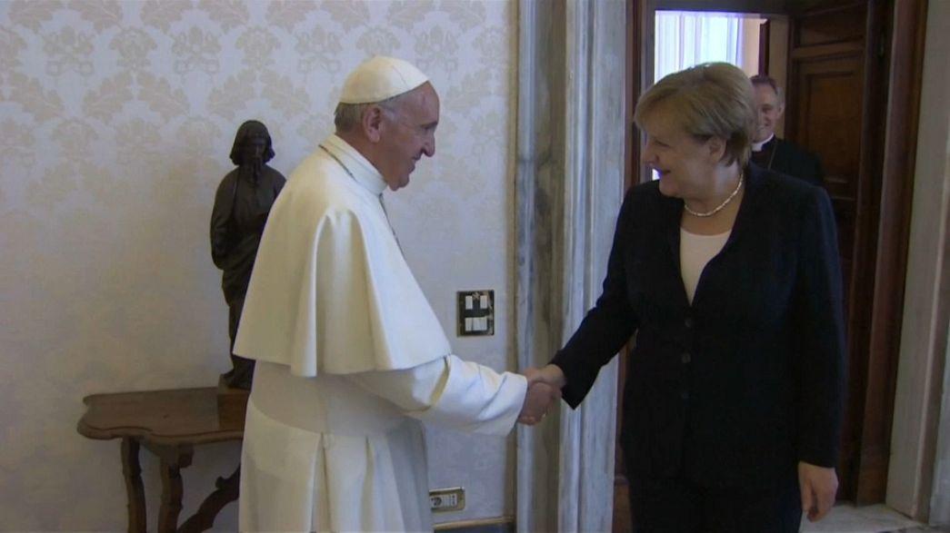 Меркель и папа Франциск поговорили и обменялись подарками