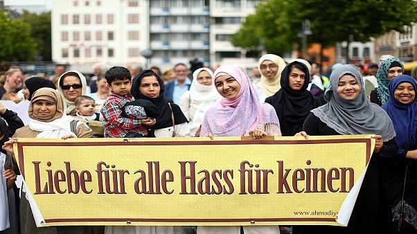 Musulmani in marcia contro il terrorismo a Colonia