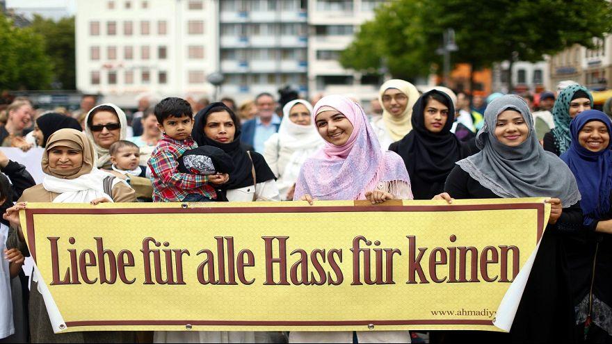 Terrorellenes muzulmán békemenetet tartottak Kölnben