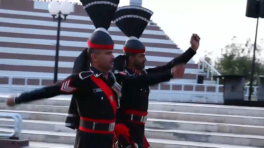 Pakistan ile Hindistan sınırında geleneksel bayrak merasimi