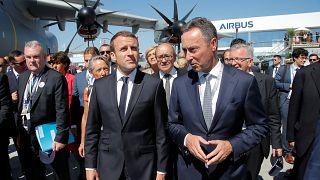 Macron festeggia la vittoria elettorale al Salone dell'aeronautica