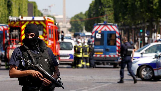 انفجار سيارة بعد اصطدامها بشاحنة للشرطة بجادة الإليزيه