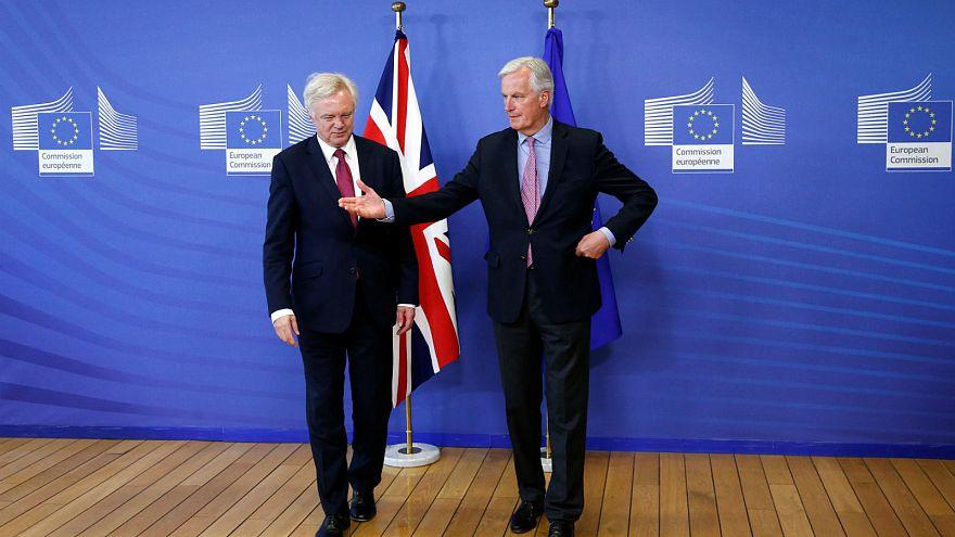Brexit: Barnier e Davis satisfeitos com resultado da primeira negociação
