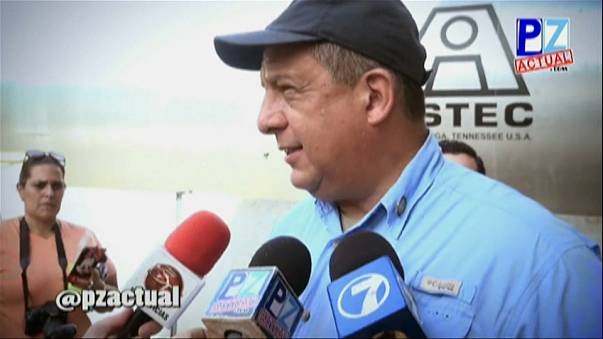 El presidente de Costa Rica se traga una avispa en directo