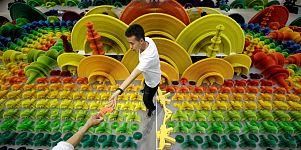 Waffen zu Blumen - Eine Papierinstallation von Li Hongbo